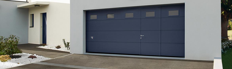 porte de garage sectionnelle avec hublots et portillon